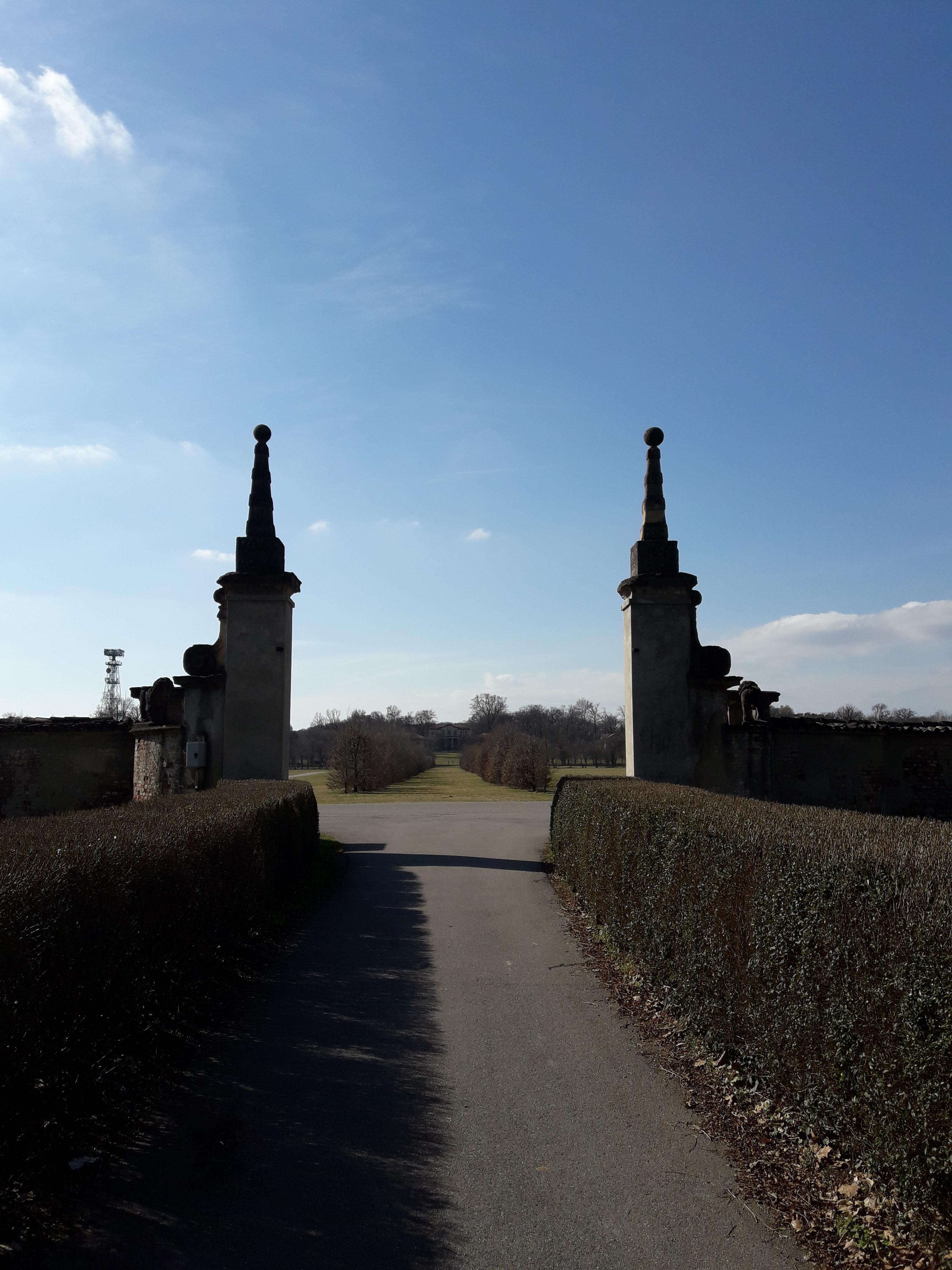 Passeggiata culturale al Parco di Monza,mura del viale di Villa Mirabello