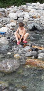 La ciclabile della Valchiavenna coi bambini,il torrente a Berzio