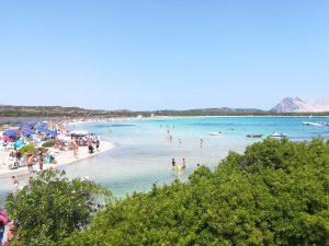 Spiaggia in Sardegna coi bambiinni