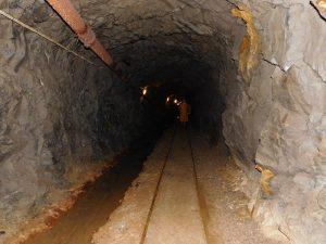binari all'interno della miniera di cortabbio