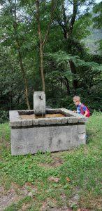 fontana con l'acqua potabile in prossimità del parcheggio per visitare le piramidi di terra di postalesio