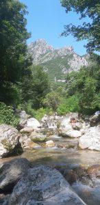 Rinfrescarsi nel torrente alle pozze di Bonacina:vista sui monti