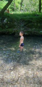 Rinfrescarsi nel torrente alle pozze di Bonacina:luchino fa il bagno