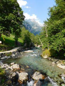 passeggiata in Val di Mello, il torrente coi bambini
