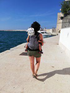 portare i bambini in fascia in viaggio