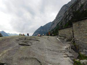 passeggiata in Val di Mello coi bambini.masso da scalare