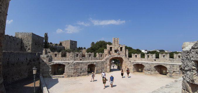 Visitare la città di Rodi coi bambini: passeggiare sulle mura della città