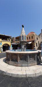 Visitare la città di Rodi coi bambini: fontana di Piazza Ippocrate
