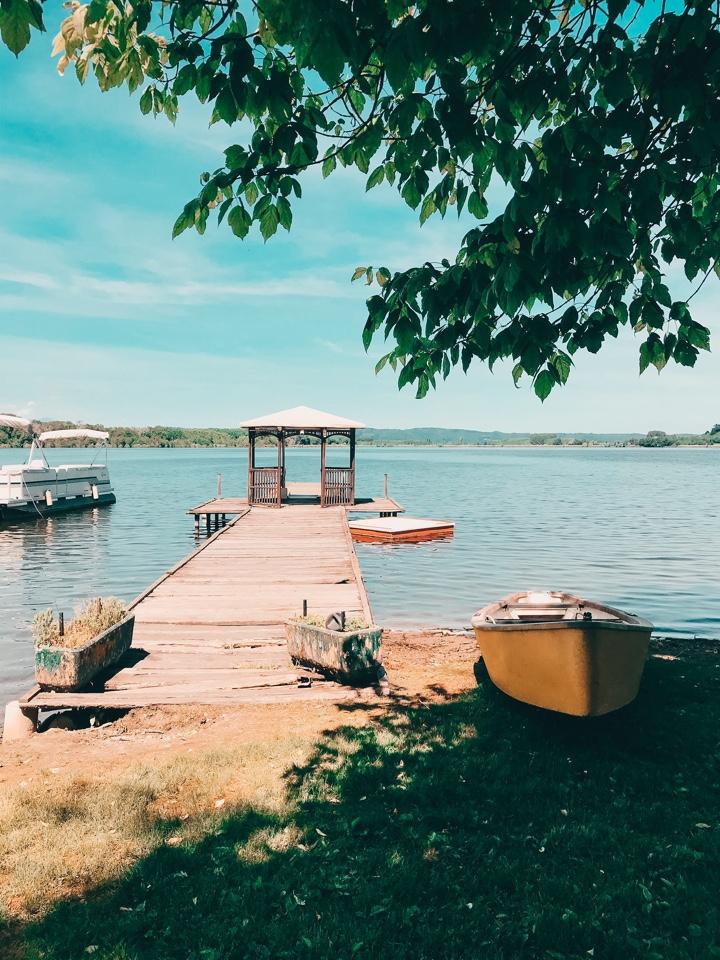 barche presso il molo del lago di candia