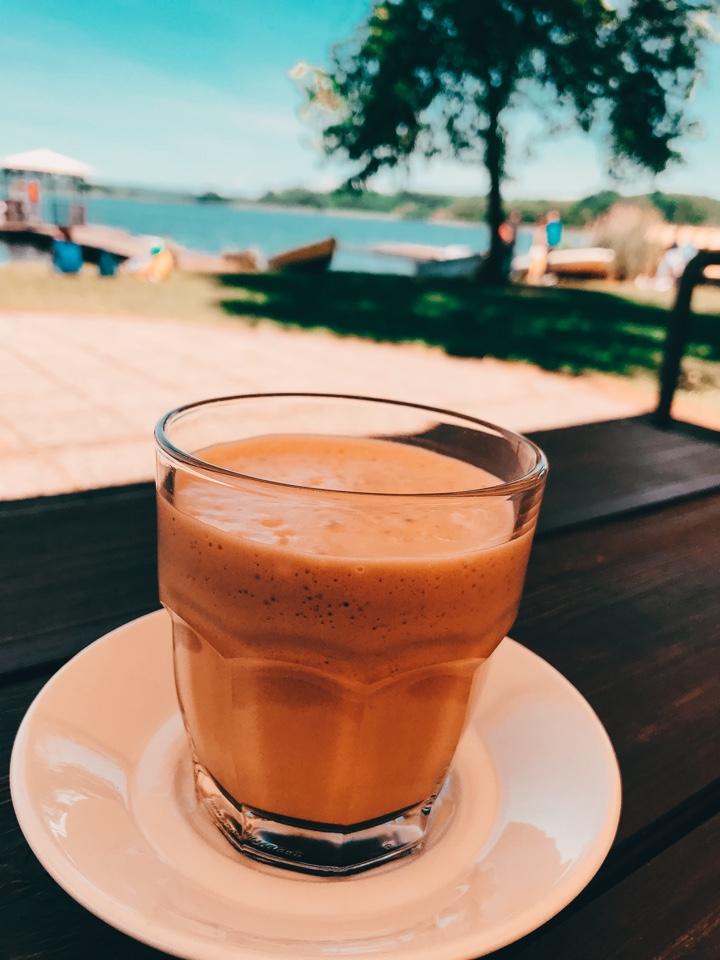 Cosa fare al Lago di Candia: dissetarsi al bar della piscina
